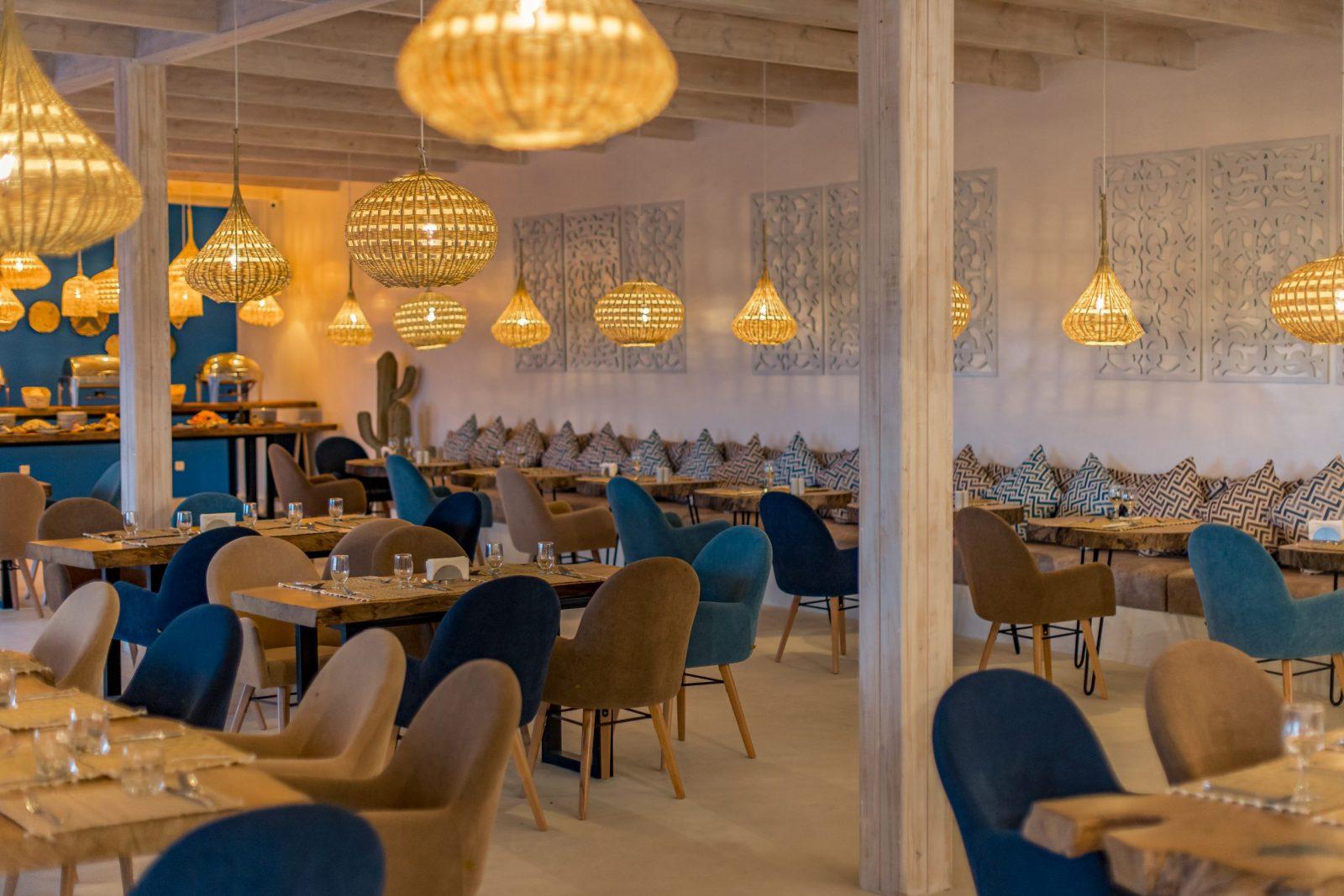 L'attribut alt de cette image est vide, son nom de fichier est restaurant-dakhla-evasion-salle-scaled.jpg.